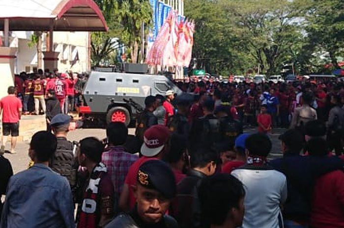 Para suporter memadati pintu masuk Stadion Mattoangin, Makassar, jelang final leg kedua Piala Indonesia PSM Makassar kontra Persija Jakarta, Minggu (27/10/2019).
