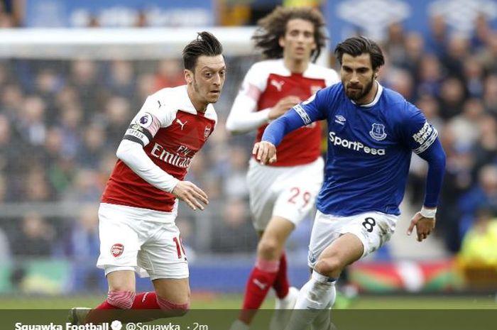 Mesut Oezil (kiri) beraksi dalam partai Liga Inggris antara Everton vs Arsenal di Goodison Park, 7 April 2019.
