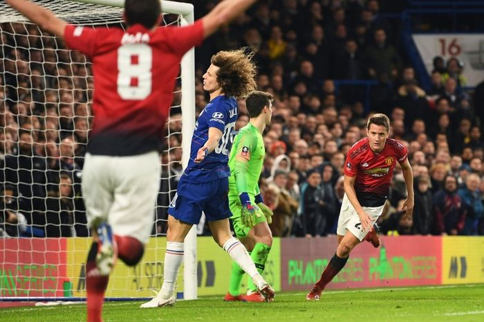 Gelandang Manchester United, Ander Herrera (kanan), merayakan gol yang dicetak ke gawang Chelsea dalam laga ronde kelima Piala FA di Stadion Stamford Bridge, Senin (18/2/2019).