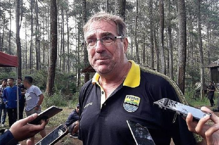 Pelatih Persib Bandung Robert Rene Alberts kecewa terhadap wasit Yeni Krisdianto.