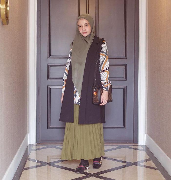 Gaya santun dan modis Zaskia Sungkar saat kenakan tas branded