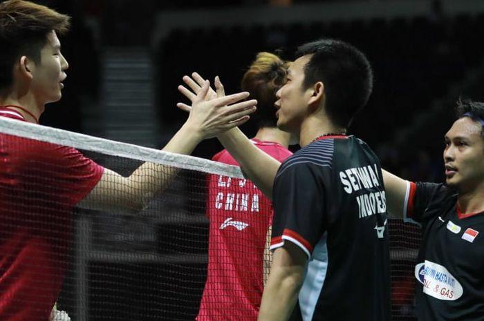Momen saat ganda putra Indonesia, Mohammad Ahsan/Hendra Setiawan, menjabat tangan Liu Yuchen/Li Junhui (China) pada laga semifinal Singapore Open 2019