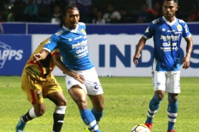 Hariono (kedua dari kiri) tak bisa membela Persib Bandung saat melawan Badak Lampung.