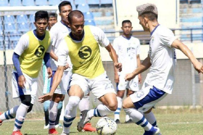 Supardi Nasir dkk berlatih di Stadion Si Jalak Harupat, Soreang, Kabupaten Bandung.