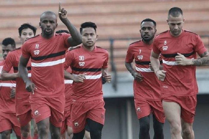 Andik Vermansah (tengah) dkk berlatih dalam persiapan Madura United menghadapi PS Tira-Persikabo.