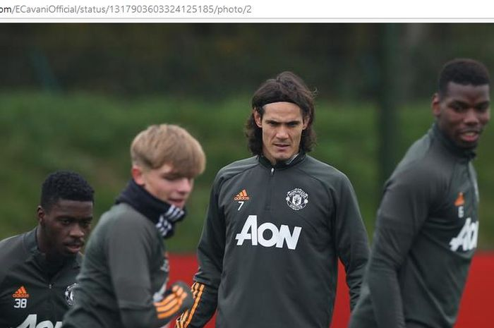 Striker Manchester United, Edinson Cavani, menjalani sesi latihan.