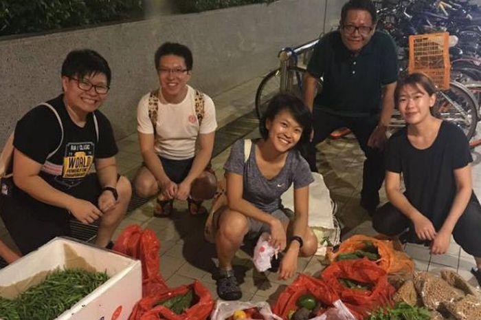 Daniel Tay bersama komunitas freegan mengumpulkan makanan di Singapura.