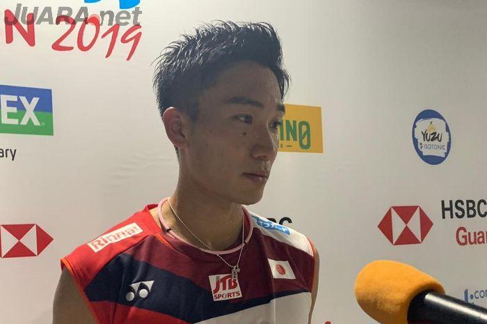 Kento Momota (Jepang) saat berada di mixed zone seusai menuntaskan penampilan pada babak pertama Indonesia Open 2019, Rabu (17/7/2019).
