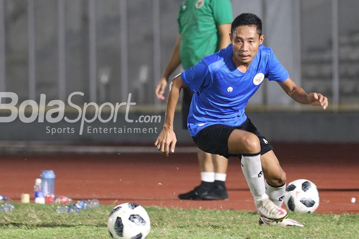 Evan Dimas sedang menguasai bola dalam sesi latihan timnas Indonesia di Stadion Madya, Senayan, Jakarta, 11 Mei 2021.