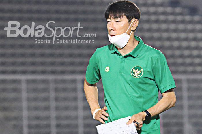 Pelatih timnas Indonesia, Shin Tae-yong, tengah memantau anak asuhnya di Stadion Madya, Senayan, Jakarta, 11 Mei 2021.