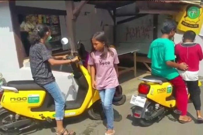 Anak-anak menyewa skuter listrik Migo di Palmerah, Jakbar.