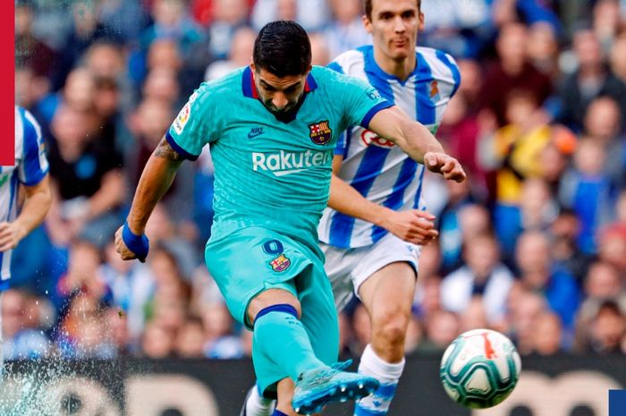 Striker Barcelona, Luis Suarez, melepaskan tendangan dalam laga Liga Spanyol melawan Real Sociedad di Stadion Reale Arena, Sabtu (14/12/2019).