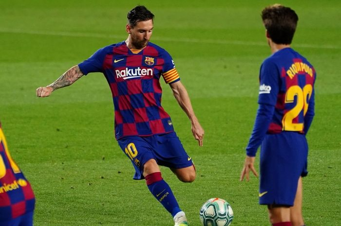 Kapten Barcelona, Lionel Messi, menembak bola ke arah gawang.
