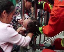 Kepala Seorang Anak Tersangkut di Pagar Pembatas Jalan, Begini Akhinya