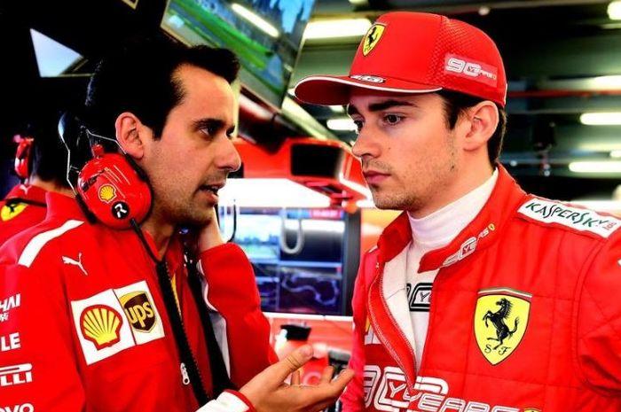 Pembalap muda Ferrari, Charles Leclerc (kanan) saat diberi instruksi oelh timnya