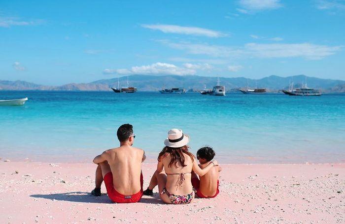 Penampilan seksi BCL kenakan bikini model two piece saat liburan ke Pantai di NTT