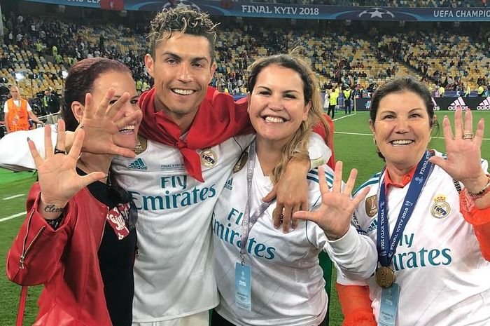Cristiano Ronaldo bersama dua kakak dan ibunya