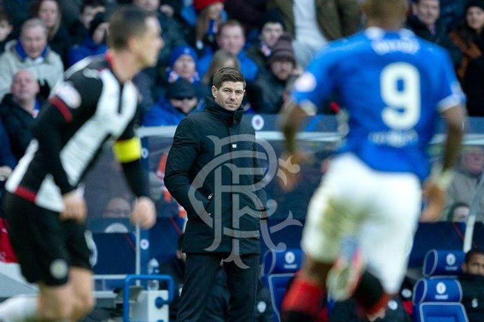 Pelatih Rangers, Steven Gerrard, menyaksikan timnya berlaga melawan St Mirren pada pertandingan pekan ke-24 Liga Skotlandia 2018-2019 di Stadion Ibrox, Sabtu (2/2/2019).