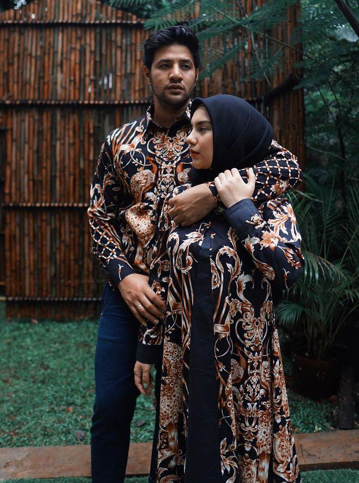 Jadi Bumil Lagi Irish Bella Tampil Santun Dengan Gamis Batik Yang Couple Dengan Suami Semua Halaman Stylo