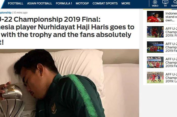 Aksi Pemain Timnas U-22 Indonesia Nurhidayat Haji Haris tidur dengan piala jadi sorotan media asing