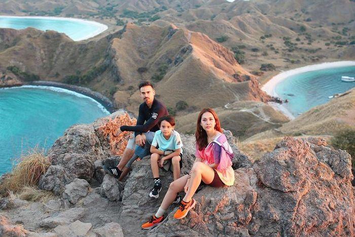 Ashraf Sinclair, Noah Sinclair dan Bunga Citra Lestari saat berlibur ke Pulau Padar NTT