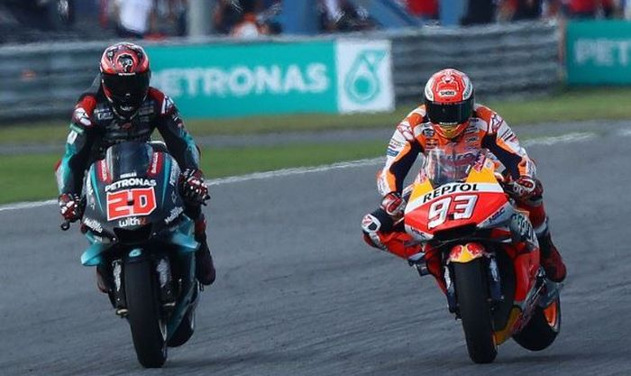 Momen saat Fabio Quartararo (Kiri) berduel dengan Marc Marquez (Kanan) pada balapan MotoGP Thailand 2019, Minggu (6/10/2019)