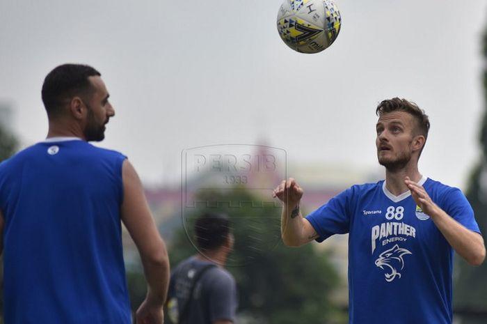 Rene Mihelic (kanan) berlatih bersama pemain lain Persib Bandung di Lapangan Saraga ITB, Kota Bandung, Rabu (8/5/2019).