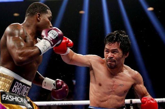 Legenda tinju, Manny Pacquiao (kanan) kala bertarung dengan, Adrien Broner tahun 2019 silam.
