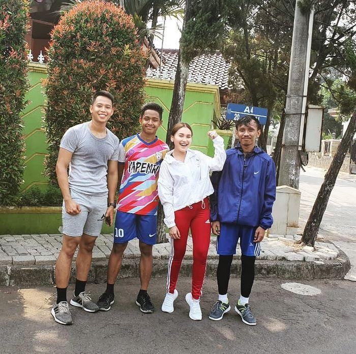 Penampilan Ayu Tingting saat olahraga bareng pemuda kampung