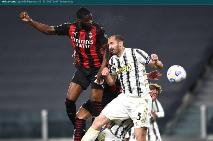 Momen duel udara antara Fikayo Tomori dan Giorgio Chiellini dalam bentrokan Juventus dan AC Milan di Stadion Allianz.