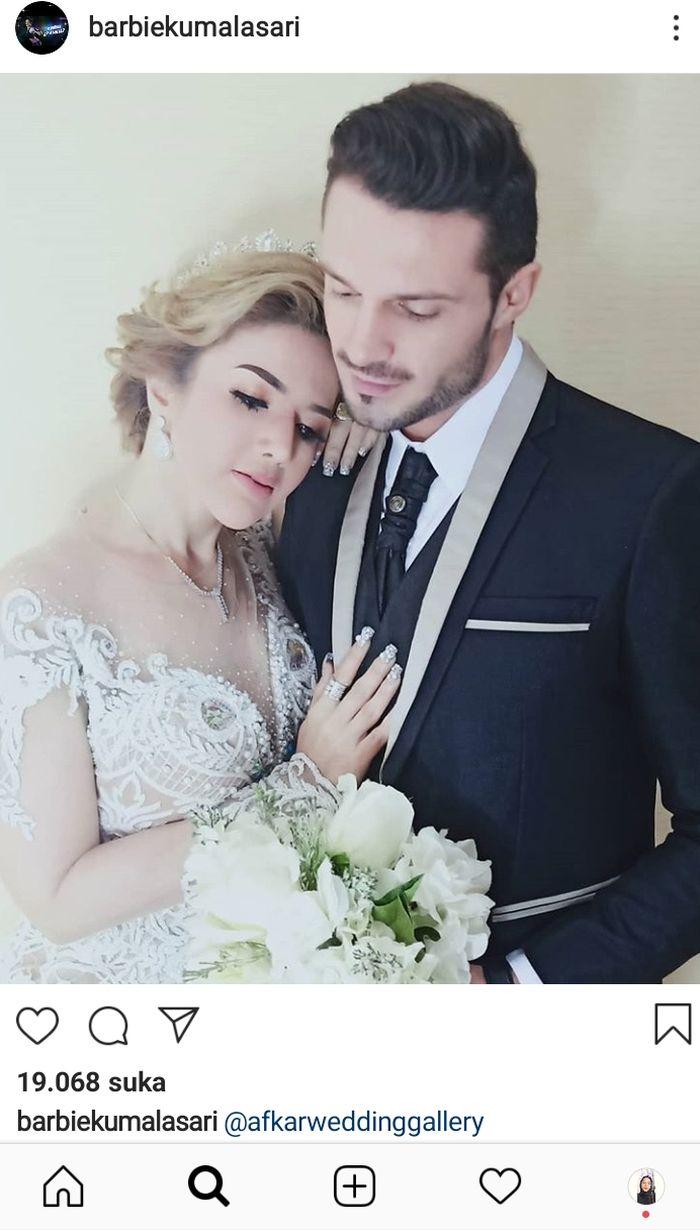 Barbie Kumalasari mengunggah sebuah foto yang memperlihatkan dirinya berpose bersama seorang bule menggunakan baju pengantin.