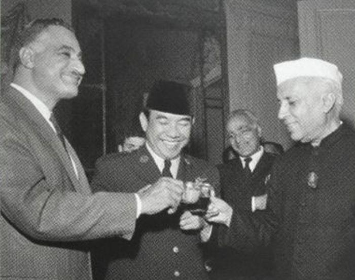Presiden Sukarno bersama Presiden <a href='https://manado.tribunnews.com/tag/mesir' title='Mesir'>Mesir</a> Gamal Abdul Naser dan Perdana Menteri <a href='https://manado.tribunnews.com/tag/india' title='India'>India</a> Pandit Jawaharlal Nehru.