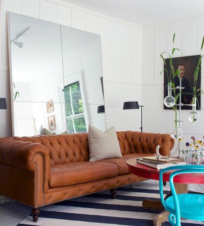 Cermin dengan motif sederhana atau polos membuat ruangan terlihat makin besar dan luas.
